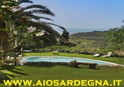 Oferuje on apartamenty z basenem i centrum odnowy biologicznej, Bosa, Sardynia